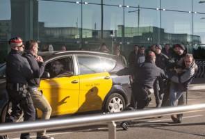 Protestan contra el servicio de transporte de viajeros entre particulares que ofrecen aplicaciones para teléfonos móviles como Uber Madrid. (EFECOM).- Barcelona y Barcelona han vivido durante la mañana de hoy...