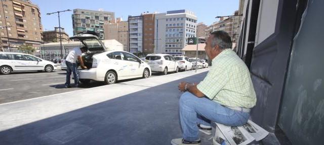 La Consejería de Fomento y Vivienda ha tramitado durante el pasado año en Sevilla seis expedientes sancionadores a taxis piratas por prestar servicios ilegales de transporte público de viajeros...