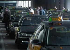 El Govern quería aprobar la medida junto a los presupuestos, pero los taxistas desconfían Todos los grupos instarán al Ejecutivo catalán a activar la vía urgente contra la aplicación Todos...