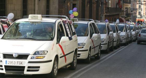Las asociaciones profesionales cuentan con bancos de datos de vehículos sospechosos Cada día los taxistas detectan a vehículos sin licencia y avisan a la Policía  Las cámaras de Telemadrid...