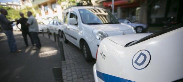 S/C de Tenerife-El concejal de XTF José Manuel Corrales presentó ayer junto a parte del sector del taxi la moción que elevará al pleno de hoy para solicitar la modificación...